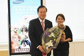 日本サムスン・尹晋赫代表と聴導犬を譲渡された女性