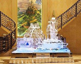 ひんやりキレイな「シンデレラ城&プロメテウス火山」(C)Disney