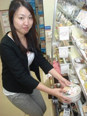 田口さんが手にするのは、好評の「海老と野菜のトマトクリーム玄米入りごはん」