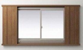 窓を外側からガードする開閉式の扉