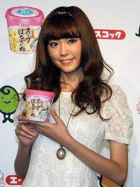 「スープはるさめ」を手にする桐谷美玲さん
