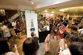 (写真上)アートパフォーマンスを披露したマッド氏(左)とフランク・コジック氏(右)  (写真下)「BEAMS Japan」店内は大勢の見物客であふれた