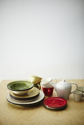 写真は、陶器メーカー・作山窯とコラボした7アイテム