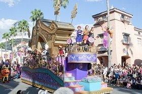 陽気に繰り広げられる「パレード・デ・カーニバル」