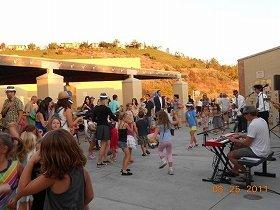生バンドにあわせて踊る子供たち