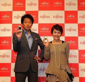 記者発表会に出席した辰巳さん(左)と大竹さん(右)