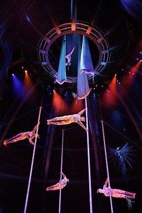 「ポール&トランポリン」 Photo: Kishin Shinoyama  Costume: Renée April (C)Cirque du Soleil Inc.