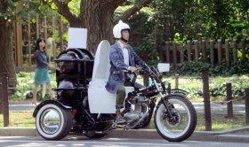 CMの1シーン。ヘルメットの上にはアノ物体が…