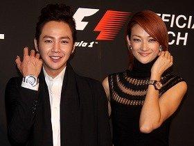 「「キング・パワーF1 Suzuka」を腕に笑顔を見せるチャン・グンソクさんと冨永愛さん