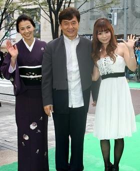 グリーンカーペットを背景に笑顔を見せるジャッキー・チェンさん(中央)。左側は日本語版の吹き替えを担当した江角マキコさん。右側は中川翔子さん