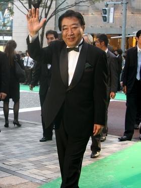 野田首相は、蝶ネクタイ姿でグリーンカーペットを歩いた
