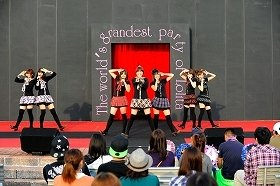 下妻発のご当地アイドル「しもんchu♪」も初のステージに。オリジナルソング「恋の砂沼サンビーチ」などを披露した(実行委員会提供)