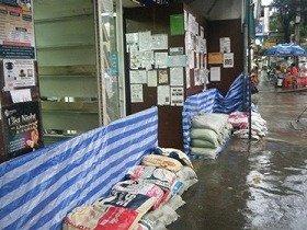 洪水対策のために防御壁を準備(バンコク、プロンポン)