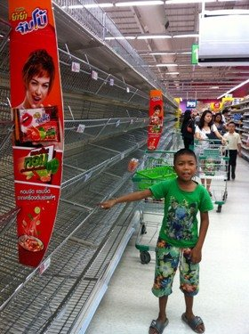 スーパーからも食料品が消える(バンコク、オンヌットの大型スーパー)