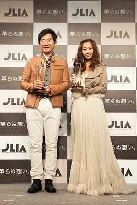 「ベストレザーニスト2011」授賞式に出席した石田さん(左)と優香さん