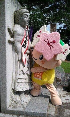 初代横綱像と相撲をとる「ミヤリー」