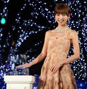 イルミネーションの点灯スイッチに手をかける篠田麻里子さん。点灯は12月25日まで