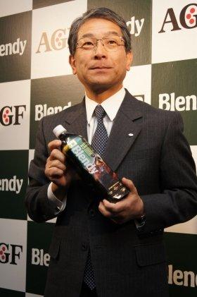 フレンドリーボトルを採用した「ブレンディ」を報道陣に紹介する村林誠社長