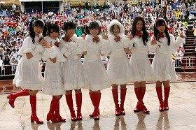 新曲イベントに姿を見せた「渡り廊下走り隊7(セブン)」。左から小森美果さん(17)、平嶋夏海さん(19)、多田愛佳さん(16)、渡辺麻友さん(17)、仲川遥香さん(19)、菊地あやかさん(18)、岩佐美咲さん(16)