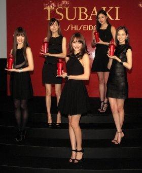 CM発表会姿を見せた出演者。左から小嶋陽菜さん(23)、アンナ・ケイさん、蛯原友里さん(32)、ゲイリ・ライさん(31)、水原希子さん(21)
