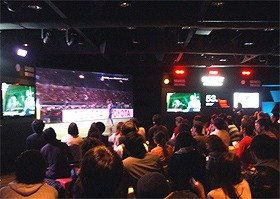 200インチの大画面に映された試合を、光と音が演出した