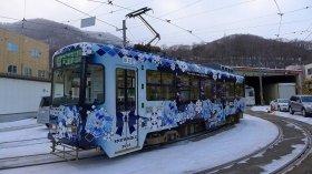 街に溶け込んでいる「雪ミク電車」