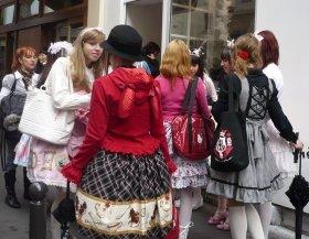 サイン会に列を作るロリータ少女たち