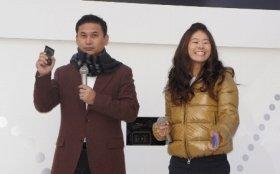 アプリを体験する佐々木監督(左)と澤選手