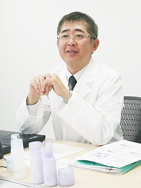入社以来、約1万人の女性の素肌を見つめてきた「カネボウ化粧品」スキンケア研究所情報開発グループの主任研究員で医学博士の横田朋宏さん