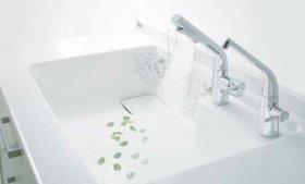 「水ほうき水栓 エコシングルタイプ」は、水と湯を意識して使い分けられる