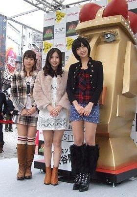 ドラコレガールズの3人(左から衛藤美彩さん、綾乃美花さん、秋月三佳さん)