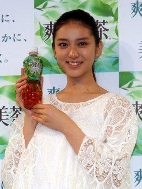 2012年も「爽健美茶」CMに起用された武井咲さん