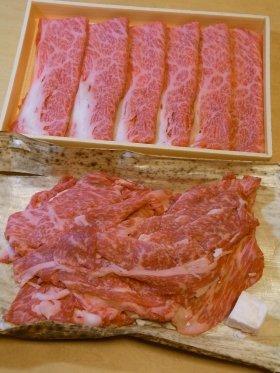 2つのうち下が切り落とし肉、上が某県ブランド黒毛和牛
