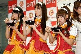 カツ丼をほおばるAKB48メンバー。左から前田亜美さん、小嶋陽菜さん、高橋みなみさん