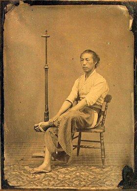写真は、横山松三郎「セルフポートレイト」(個人蔵)