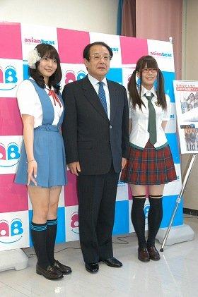 エヴァの制服に囲まれ、麻生渡・福岡県知事もにっこり(左:「第3新東京市立第壱中学校」女子制服、右:真希波・マリ・イラストリアスの着用制服)