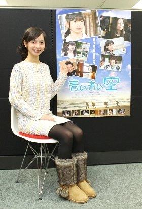 ポスターを前にほほ笑む相葉香凛さん(7日、東京・千代田区で)