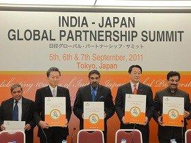 記者発表会に出席した鳩山前首相(左から2人目)、シャルマ商工相(中央)、海江田経産相(右から2人目)ら=16日、都内で