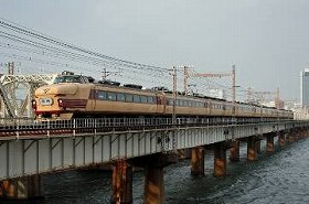 淀川を渡る489系H01編成 撮影:土居武文