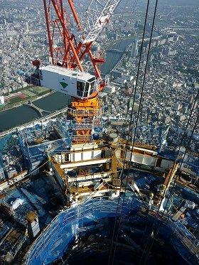 写真は、タワークレーンの作業風景。