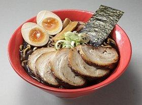 見た目ほど塩辛くない、真っ黒スープ(写真は、「富山ブラックチャーシューラーメン」)