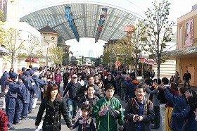 ハイタッチをしながら入場するゲスト(31日、大阪市此花区のユニバーサル・スタジオ・ジャパンで)