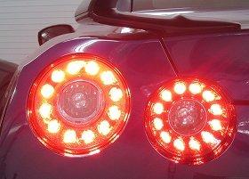 リヤコンビネーションランプの4灯同時点灯