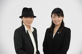 田中宥久子氏(左)とワコール・ビューティーアドバイザー(右)