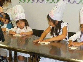 お料理教室でピザをつくるお誕生会