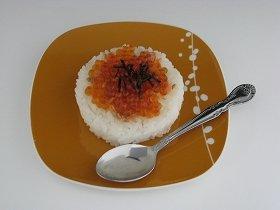 写真は、「スプーンで食べる寿司 鮭いくら」