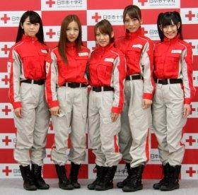 日赤の制服姿で発表会に登場したAKB48のメンバー。左から峯岸みなみさん(18)、板野友美さん(19)、高橋みなみさん(20)、高城亜樹さん(19)、渡辺麻友さん(17)
