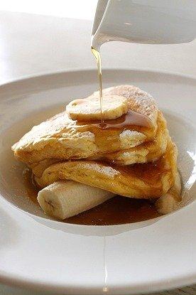 ディカプリオが好んで食べているという「リコッタパンケーキW/フレッシュバナナ、ハニーコームバター」(1400円)
