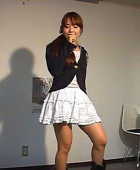 番組で熱唱する本田理紗子さん(27日、J-CAST麹町スタジオで)