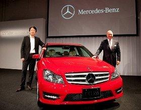 新型Cクラスを前にカメラに収まるニコラス・スピークス代表取締役社長兼CEO(右)と上野金太郎代表取締役副社長(30日、都内で)